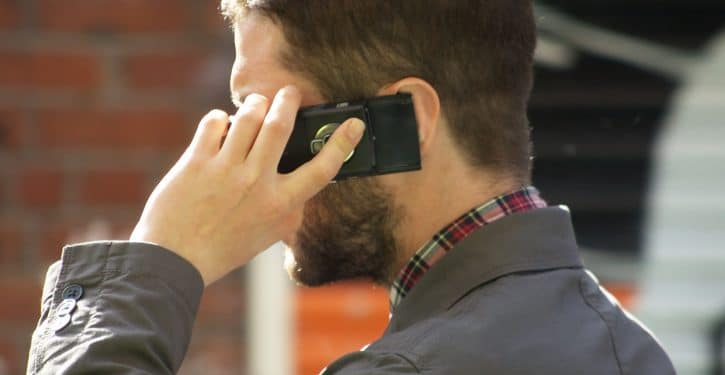 Ile telefonów można podłączyć do podstawowej rozmowy
